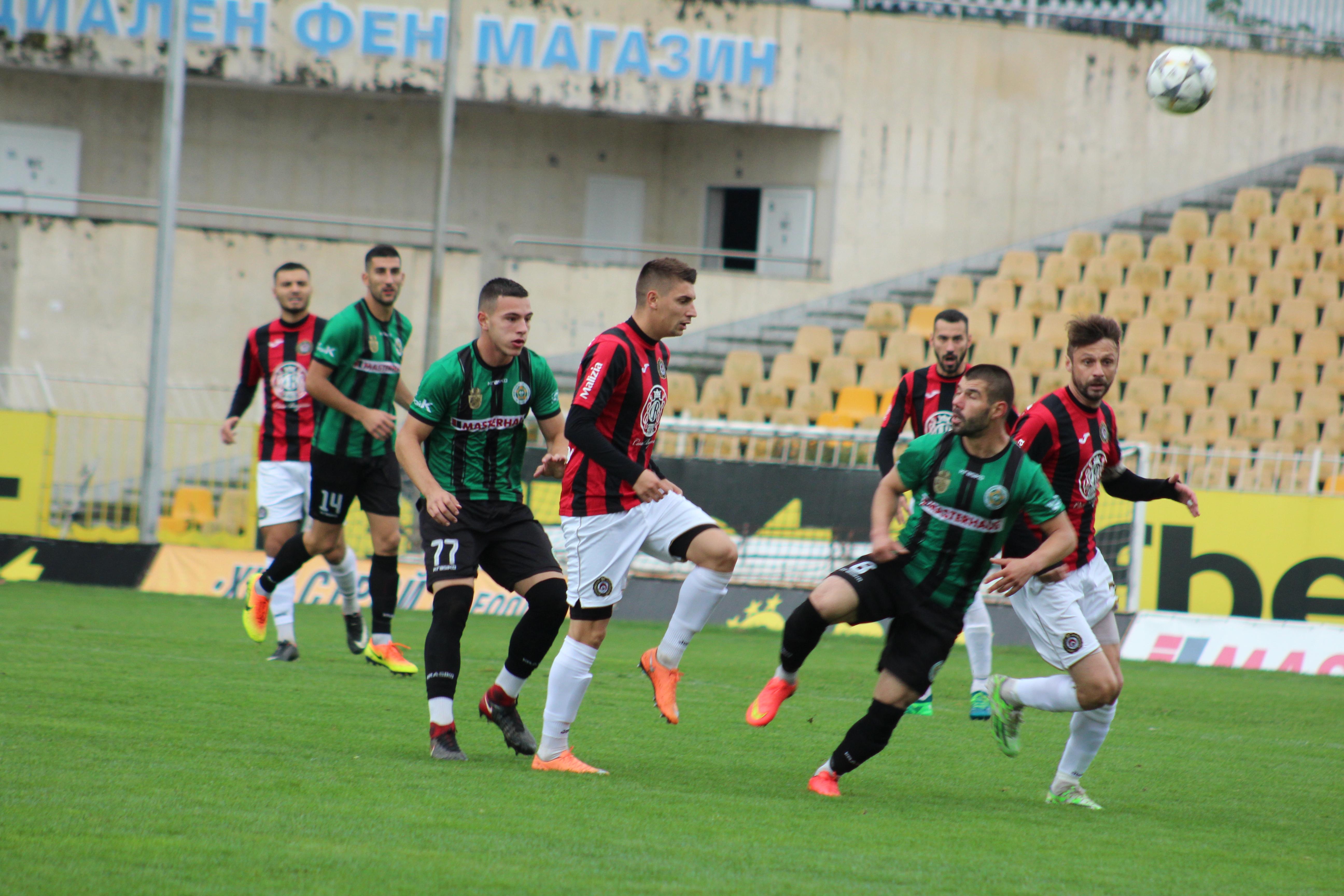 Нефтохимик и Локомотив София не се победиха в мач със шест гола